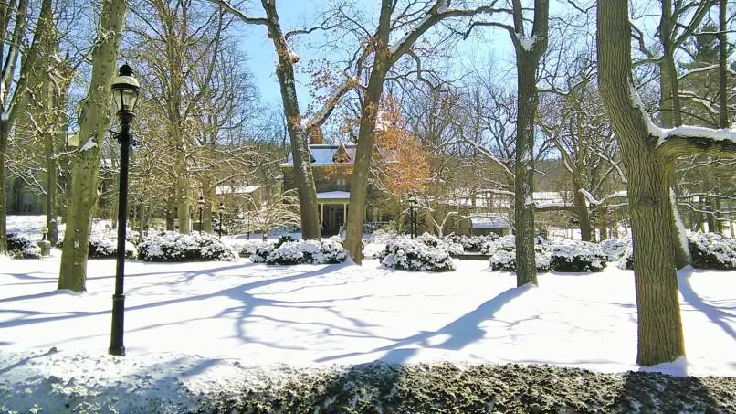 Diujung terlihat rumah President Lehigh University yang pekarangannya ditutupi salju..