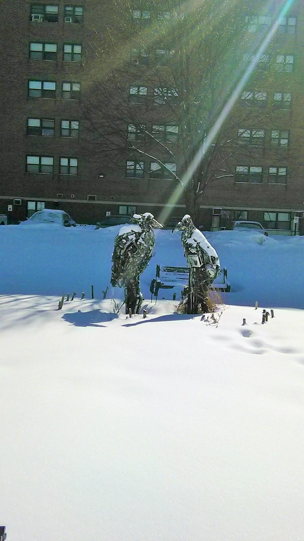 Dua ekor patung burung yang terbuat dari besi-besi...