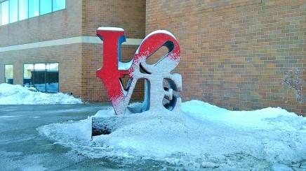 Ukiran kata LOVE yang dipenuhi salju..
