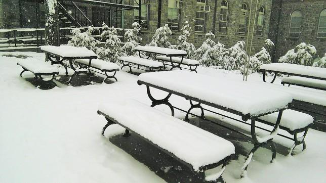 Meja dan kursi taman yang sudah dipenuhi salju..
