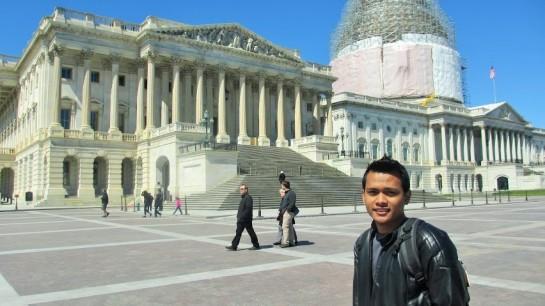 Gedung U.S. Capitol yang atapnya sedang diperbaiki