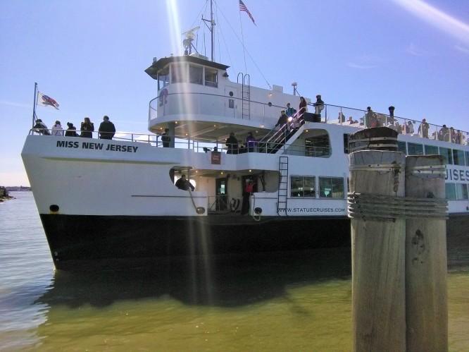 Kapal Cruise yang mengangkut penumpang menuju Liberty Island dan Ellis Island