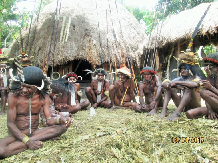 Para pria sedang berukumpul, Wamena, Papua (Foto/Ibhen)